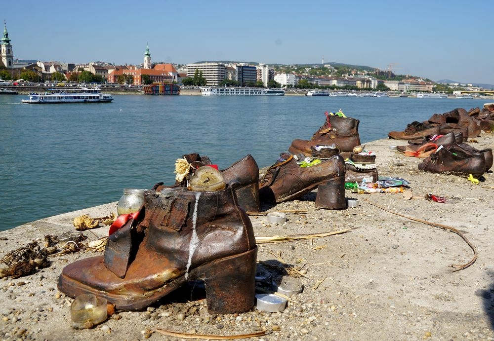 Chaussures le long du Danube